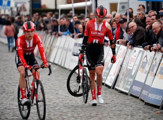 Max Walscheid (r) en Jay Jai Hindley waren betrokken bij de valpartij. Hier komen ze over de finish.