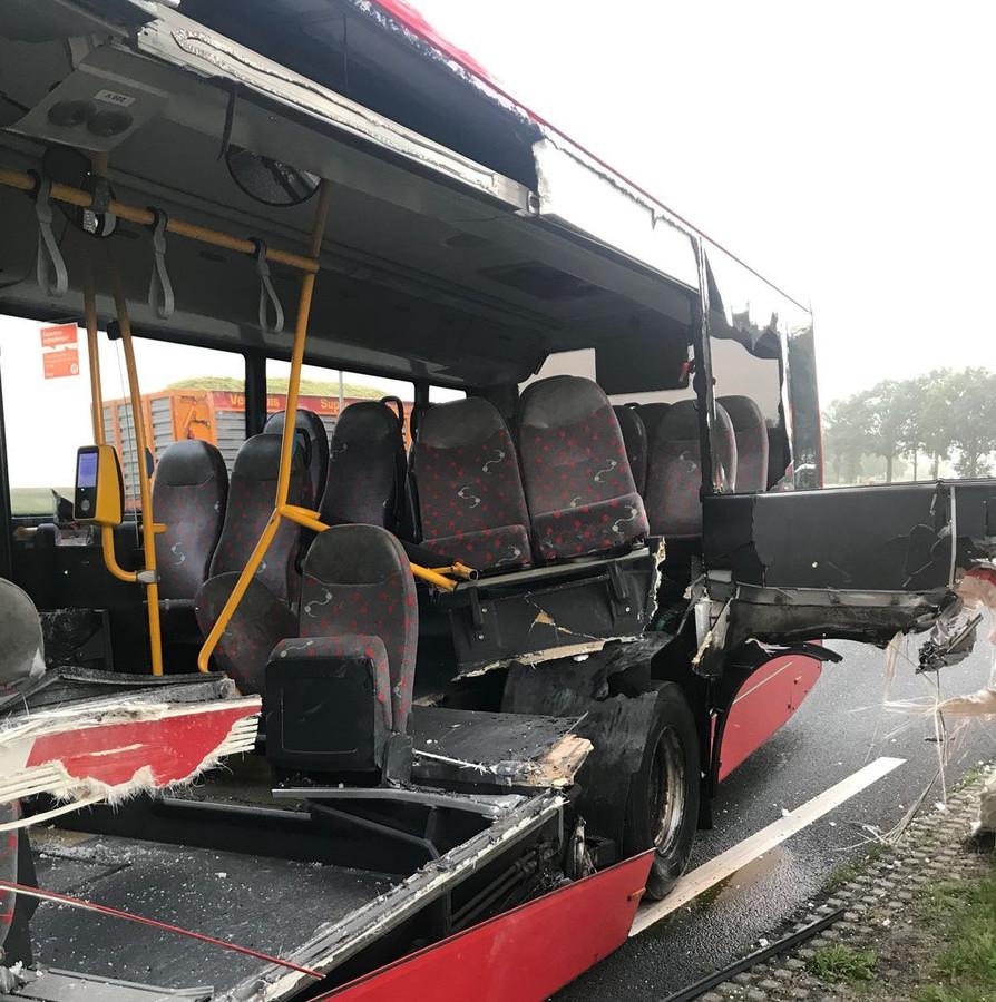 De lijnbus is zwaar toegetakeld.