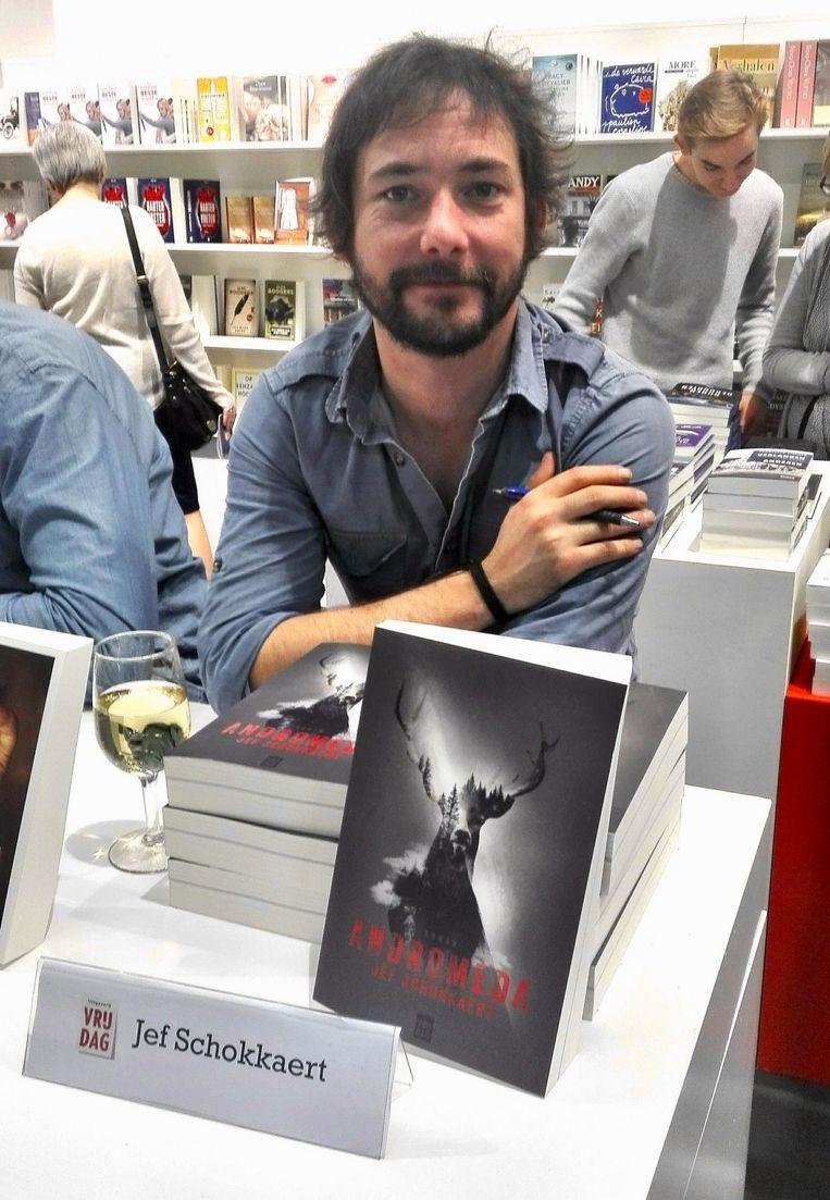 Auteur Jef Schokkaert (32) uit Leuven signeert zijn debuutroman 'Andromeda' op de Boekenbeurs in Antwerpen.