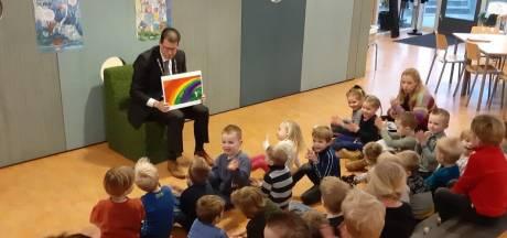 Burgemeester Joost van Oostrum leest 'Moppereend' voor in Rekken