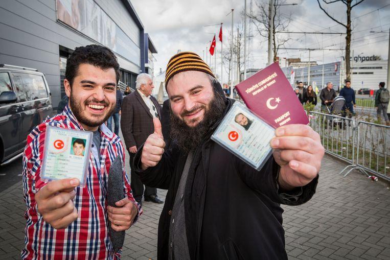 Turken stemmen in Den Haag voor het referendum. Beeld arie kievit