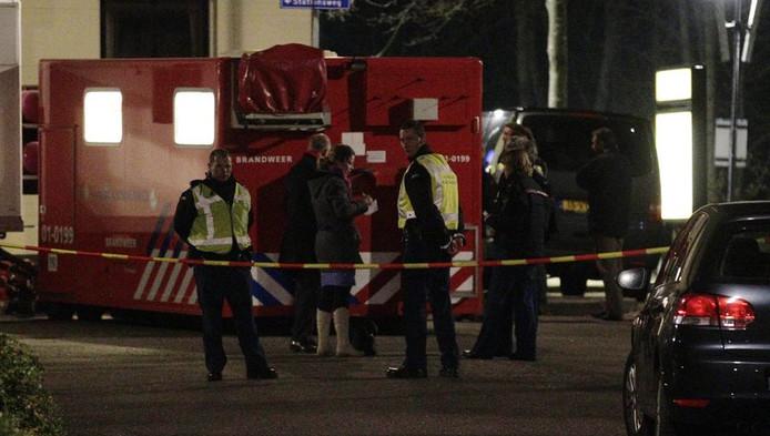 De politie verricht onderzoek bij het station in Baflo.