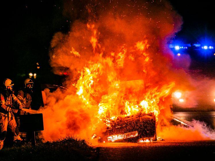 Bestelwagen brandt volledig uit langs de A348 bij Ellecom