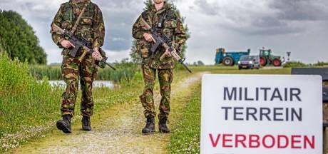 Militairen oefenen bij Kampen: 'Mag ik uw auto doorzoeken?'