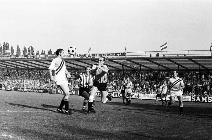 Peter van de Merwe (met bril) in een van zijn laatste wedstrijden namens NAC.