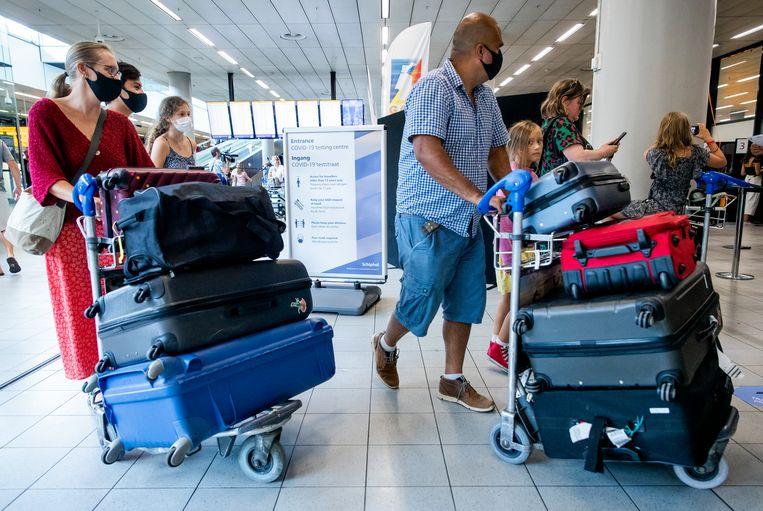 Reizigers bij de teststraat op Schiphol. Beeld ANP