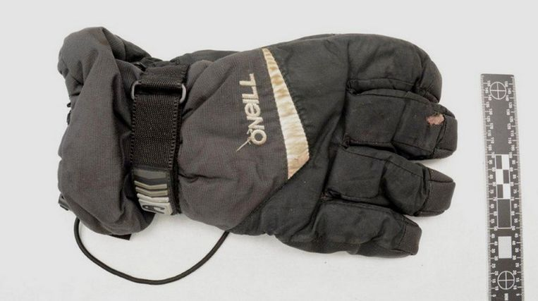 De gevonden handschoen van de dader. Beeld Politie