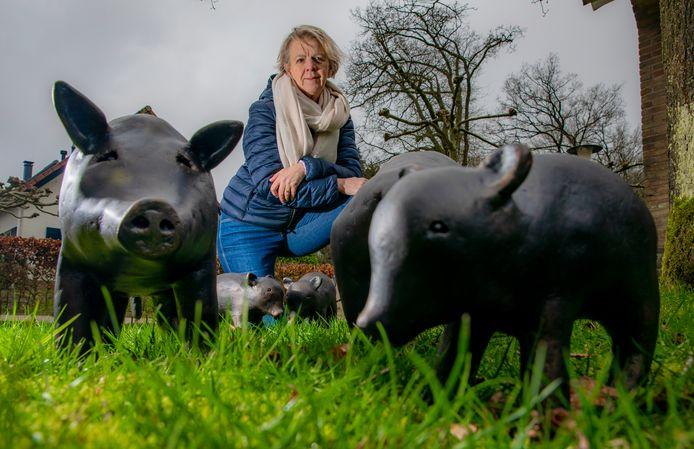 Kunstenares Tine Harleman met haar zwijntjes.