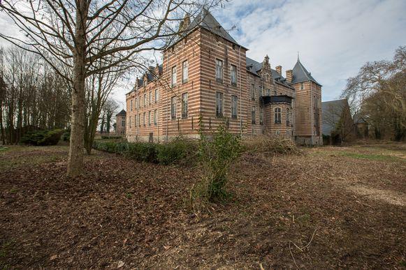 Het kasteel van Heers. Een wonderlijke plek die spijtig genoeg al een tijdje in slechte staat verkeert.
