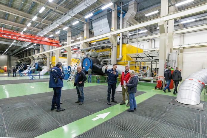 In de fabriekshal van het Gasunie-complex kijken de bezoekers hun ogen uit.