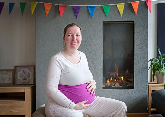 Draagmoeder Pauline van Berkel is nu voor de tweede keer draagmoeder voor een homostel. Ze heeft ook drie eigen kinderen.Foto: Joyce van Belkom