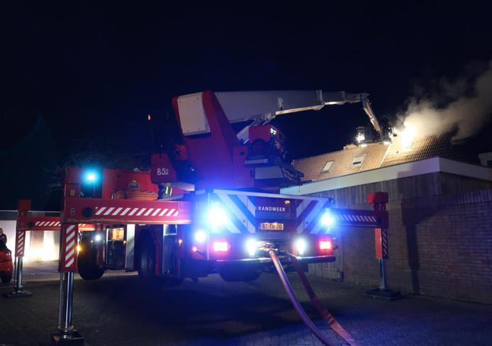 De brandweer kwam met twee blusvoertuigen en een hoogwerker ter plaatse.