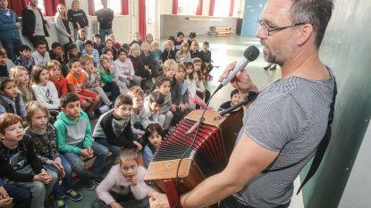 Wim Claeys leert schoolkinderen Gents zingen