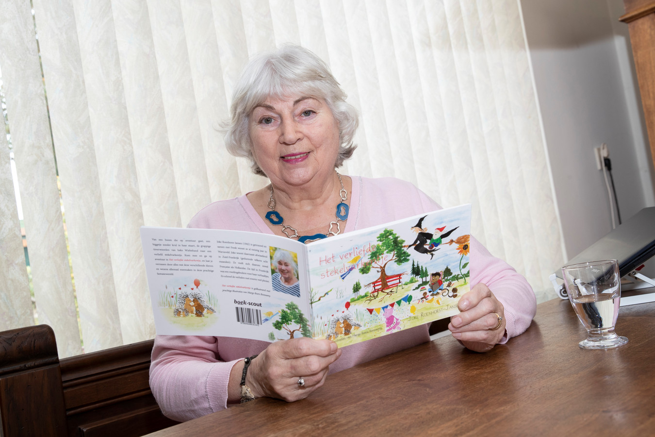De 77-jarige Joke Roenhorst-Jansen met haar sprookjesboek 'Het verliefde stekelvarkentje'. ,,Het is een juweeltje geworden. Mede dankzij de mooie tekeningen van Margo Boers Bonnamy.''