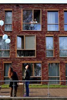 Met ballon krijgt overgrootoma Anne-Laura te zien wat haar achterkleinkindje wordt bij St Elisabeth Roosendaal