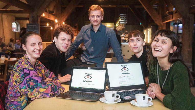 De vijf UvA-studenten achter het raadgevend referendum over de zogenoemde tapwet Beeld anp