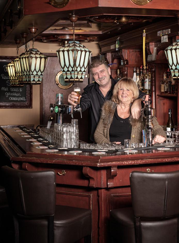 Johan van der Wilt  en zijn echtgenote Dini achter de bar van café Gouwezicht