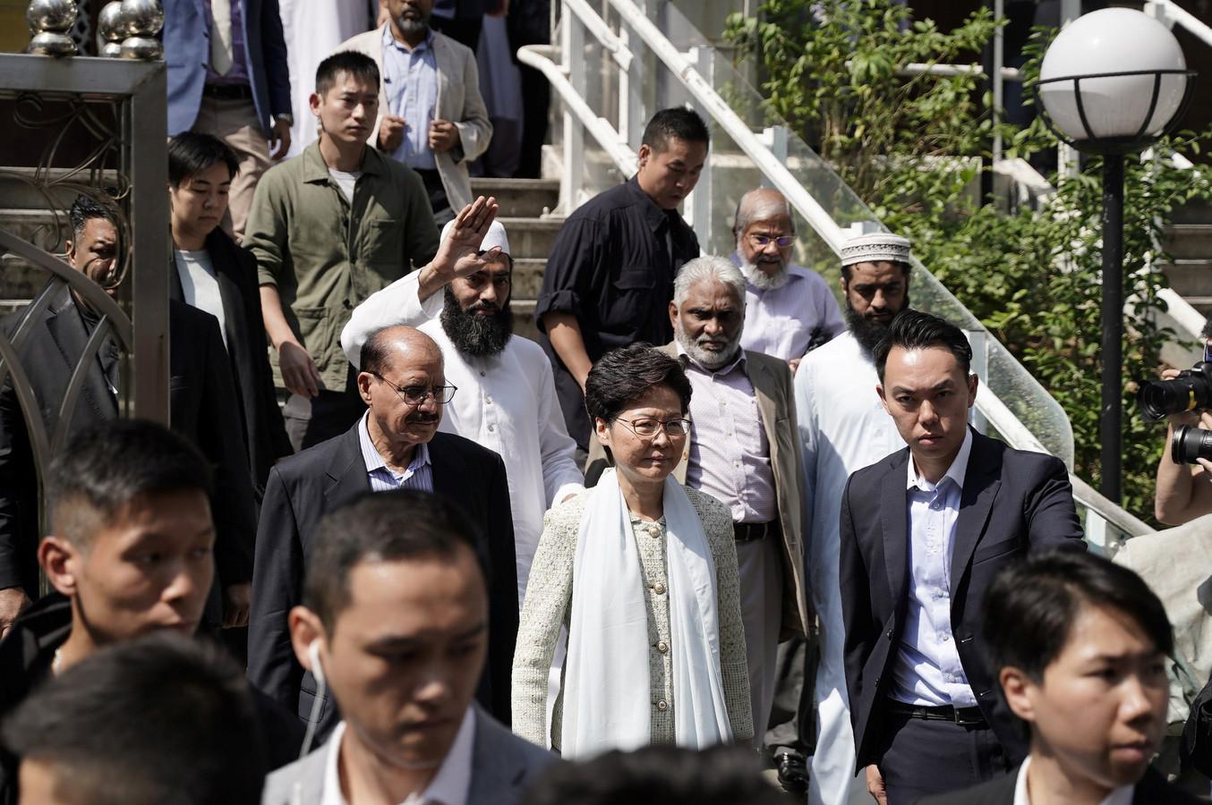 Carrie Lam (midden) maakte vandaag haar excuses voor het besmeuren van de moskee.