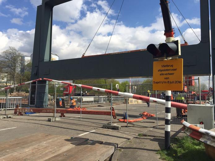 De kraan staat klaar om het brugdek uit de brug te hijsen.