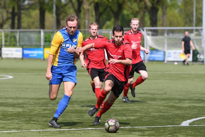 EFC-verdediger Bas Bartels (rechts) in duel met Martijn van Dijk van RKVVO.