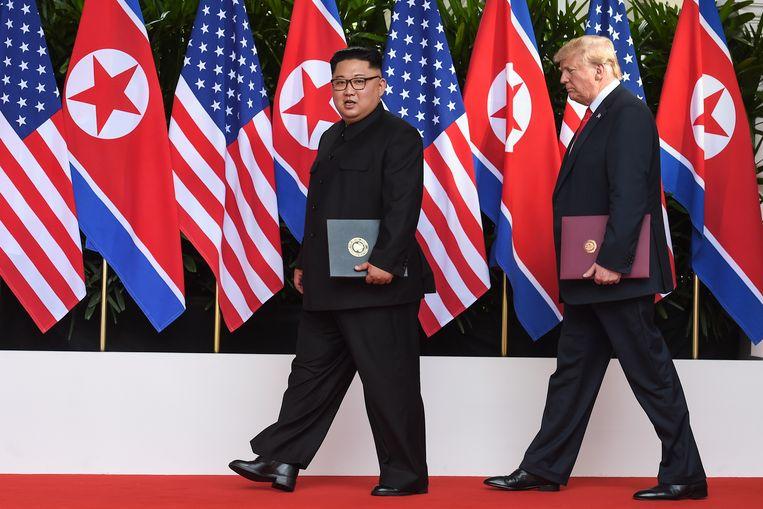 Kim Jong-un en Trump met de documenten die ze vandaag hebben ondertekend.