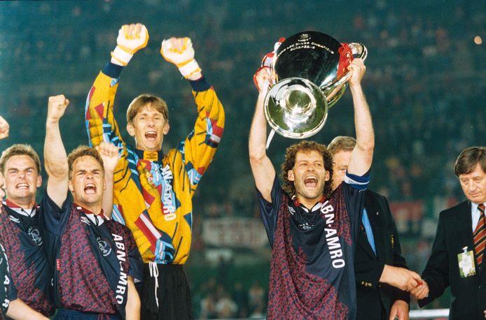 1995: Danny Blind tilt de Europa Cup omhoog. Links vieren Ronald en Frank de Boer mee.