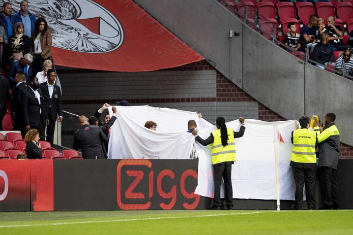 De steward werd gisteren behandeld in de hoek van het veld van de arena.