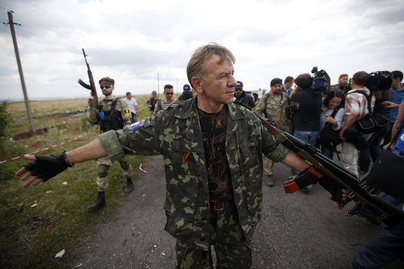 Pro-Russische separatisten zwaaien de plak op de crashsite van MH17.