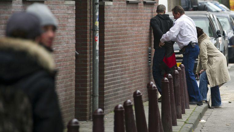 Een straatrover wordt gearresteerd in het centrum van Amsterdam. Beeld ANP