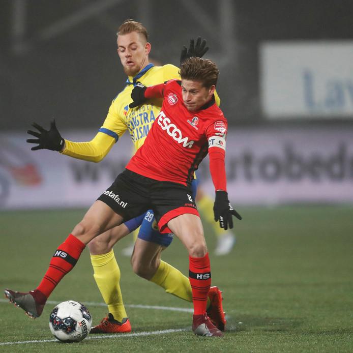 Tibeau Swinnen in duel met Kevin van Kippersluis van Cambuur.