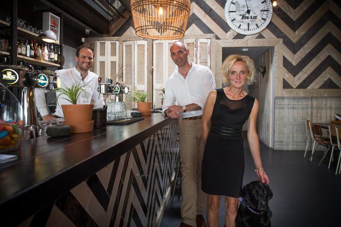 Vlnr Marijn van Dijke, Sebastiaan Boumans en Johanny Gelens met haar hond in Restaurant Zwart in Breda.