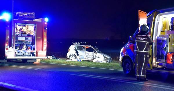 Autobestuurder gewond door botsing met pijler van viaduct in Vriezenveen.