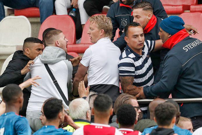Dirk Kuyt, trainer van Feyenoord Onder 19, probeert op de tribune de gemoederen te sussen.