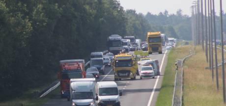 Gekantelde caravan blokkeert A50 bij Apeldoorn