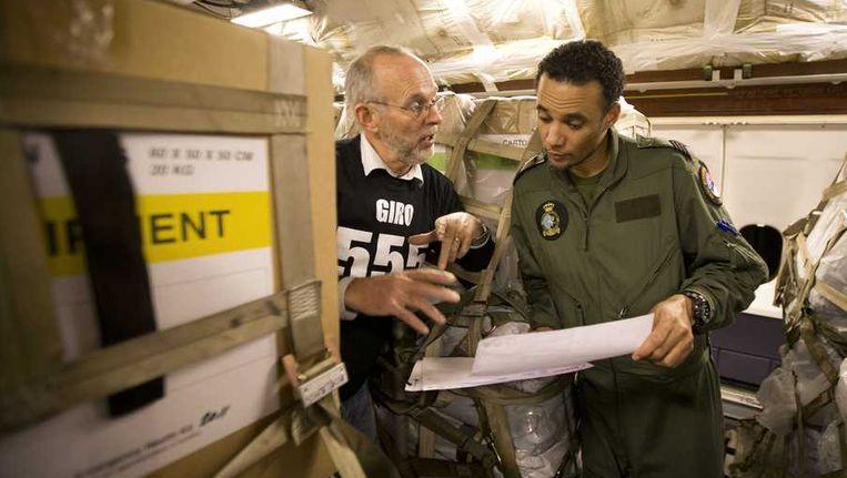 Addie Bom, logistiek expert van de SHO (Samenwerkende Hulporganisaties) controleert de lading van het transportvliegtuig van de luchtmacht. De KDC-10 was volgeladen en vertrok vorige week vanaf de luchtbasis Eindhoven naar de Filipijnen. Beeld anp