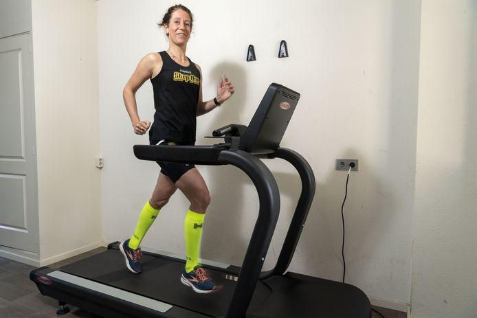 Sabine Wassink (30)heeft zaterdag thuis in Rijssen het wereldrecord marathon op de loopband verbroken. Het was tevens haar eerste hele marathon ooit.