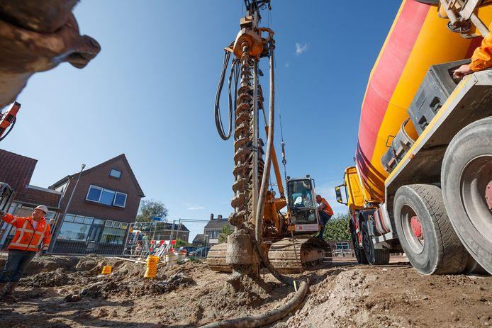 Aan de Zuiddijk in Langeweg verschijnen straks 4 nieuwe woningen. De palen zijn hiervoor donderdag geboord.