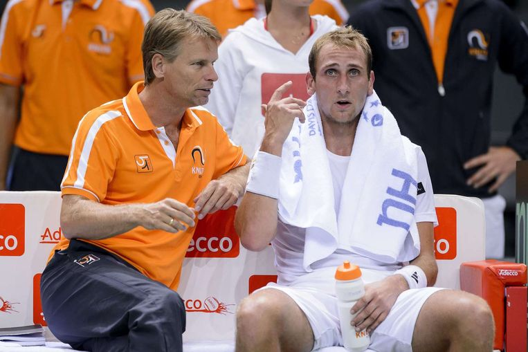 Davis Cup-captain Jan Siemerink in overleg met Thiemo de Bakker over hoe Wawrinka te bestrijden. Beeld null