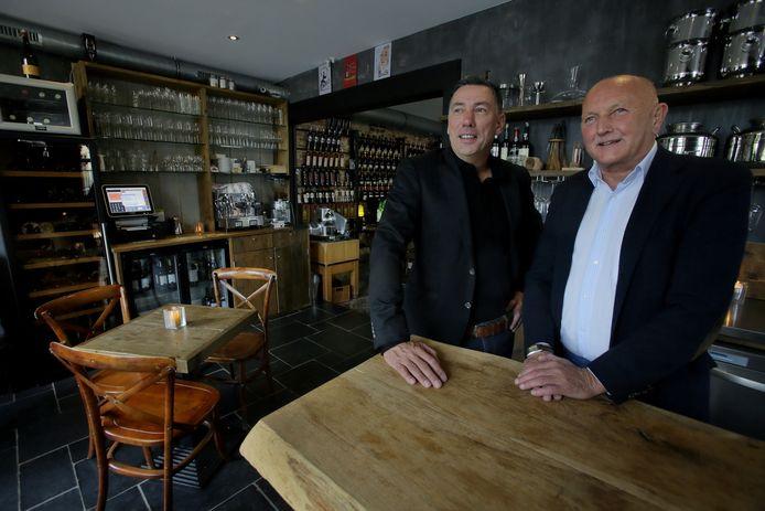 Eigenaar Peter van Hees (links) sleepte met zijn wijnbar Vino D'Amigo de titel beste café/bar van het jaar in de regio binnengesleept.