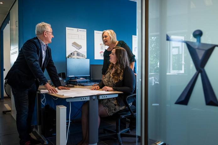 Overleg in het familiebedrijf Olde Hanter. Ouders Jos (directeur) en Elly (financiën en administratie) en dochter Lisa.