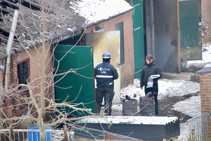 De politie doet onderzoek naar het gevonden drugslab in de afgebrande schuur bij een woning aan de Rijndijk in Doornenburg.