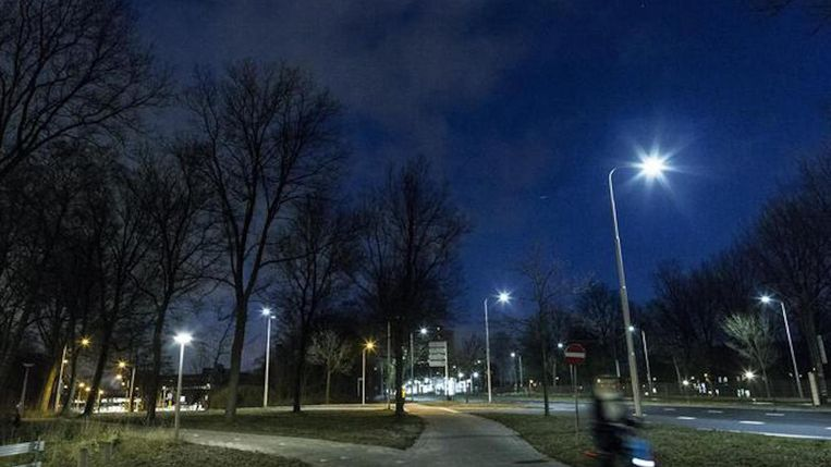 Zo'n honderdduizend straatlantaarns in Amsterdam krijgen een zuinige ledlamp. Beeld Rink Hof