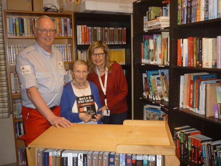 Voorzitter Jef Dierckx, Madeleine Houben en Ria Van Mechelen in de zorgbib van wzc Vogelzang.