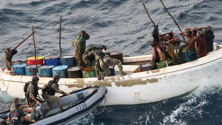 Franse militairen houden voor de kust van Somalië piraten aan. Beeld AP