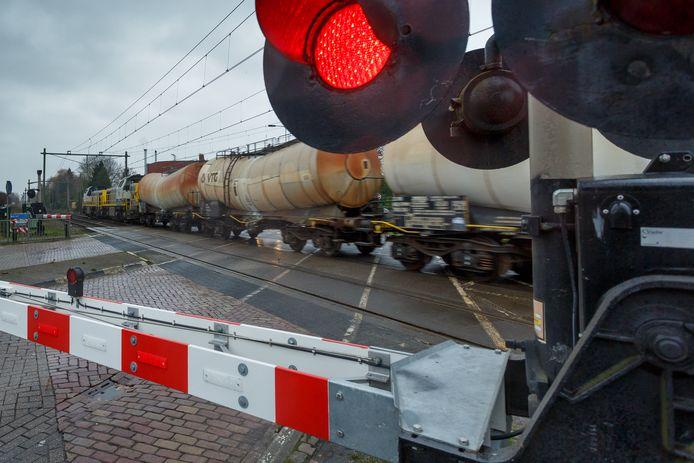 Een goederentrein passeert Oudenbosch op de overweg aan de Bosschendijk.