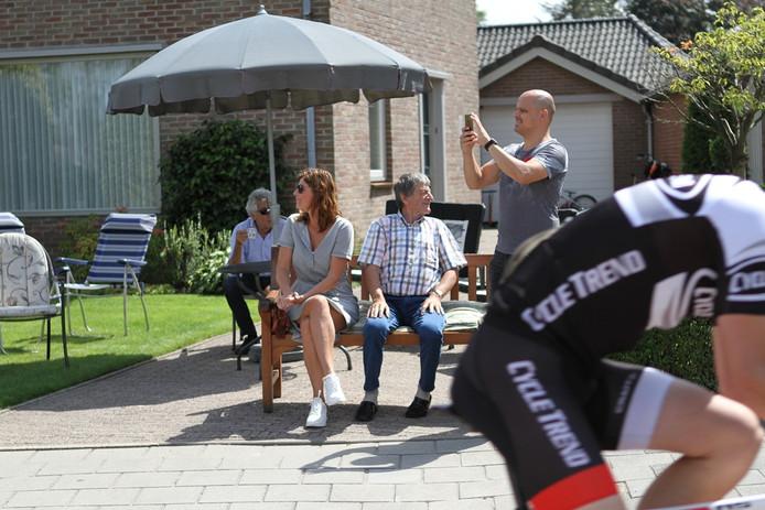 Piet Rombouts kijkt vanaf zijn oprit de renners na.