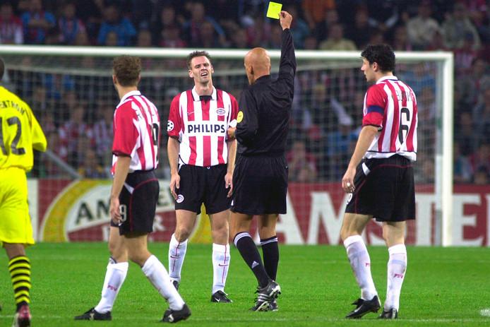 André Ooijer krijgt geel van scheidsrechter Pierluigi Collina in het Champions League duel met Borussia Dortmund in 2002.