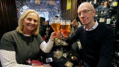 """Cafébaas hangt aan 3.000 (!!) bierglazen een alarm: """"Ze worden constant gepikt"""""""