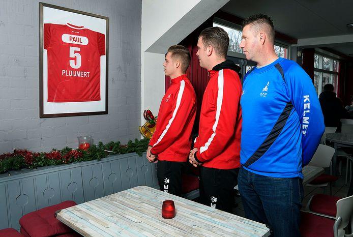 Rick Baas, Colin Reening en Danny Slegers (v.l.n.r.) bij de plaats in het clubgebouw van DFC, waar Paul Pluijmert wordt herdacht.