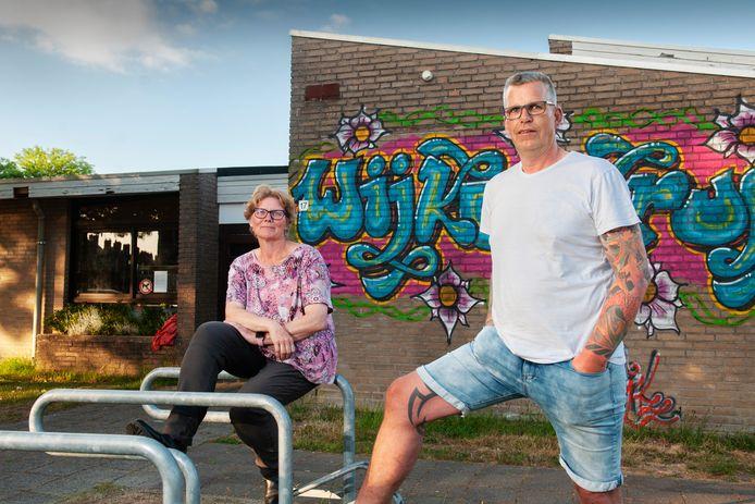 Jan Netten en Karina de Vroomen voor het verouderde wijkcentrum in de Bloemenwijk in Schijndel. Meierijstad kondigde deze week de komst van een nieuw wijkcentrum aan.
